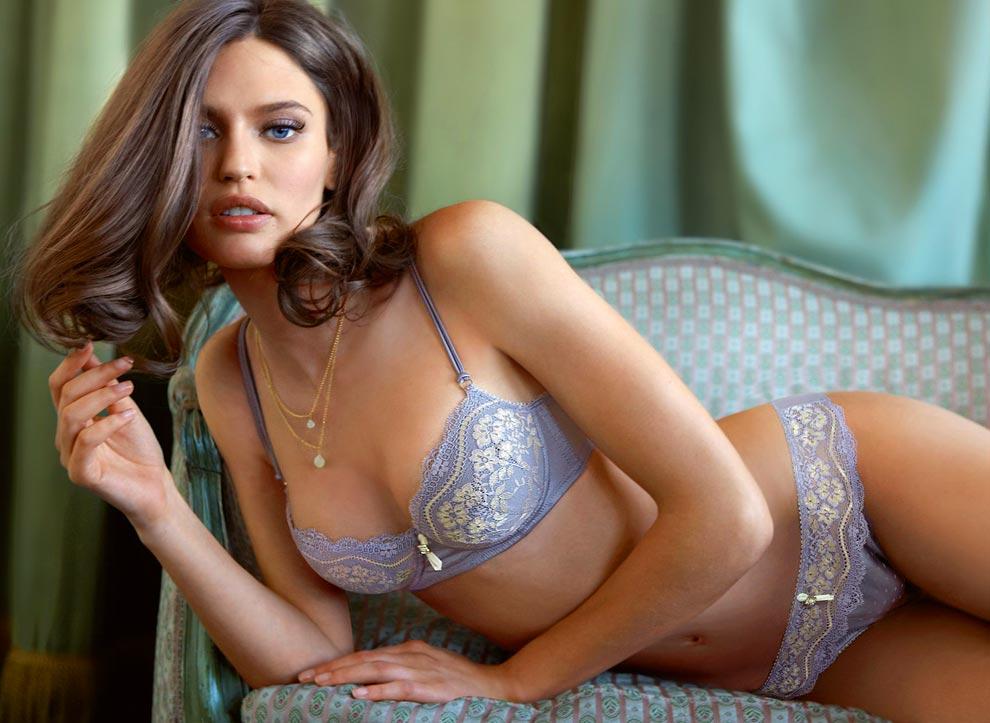 Женщина демонстрирует элитное нижнее белье, ошеломительные трусики