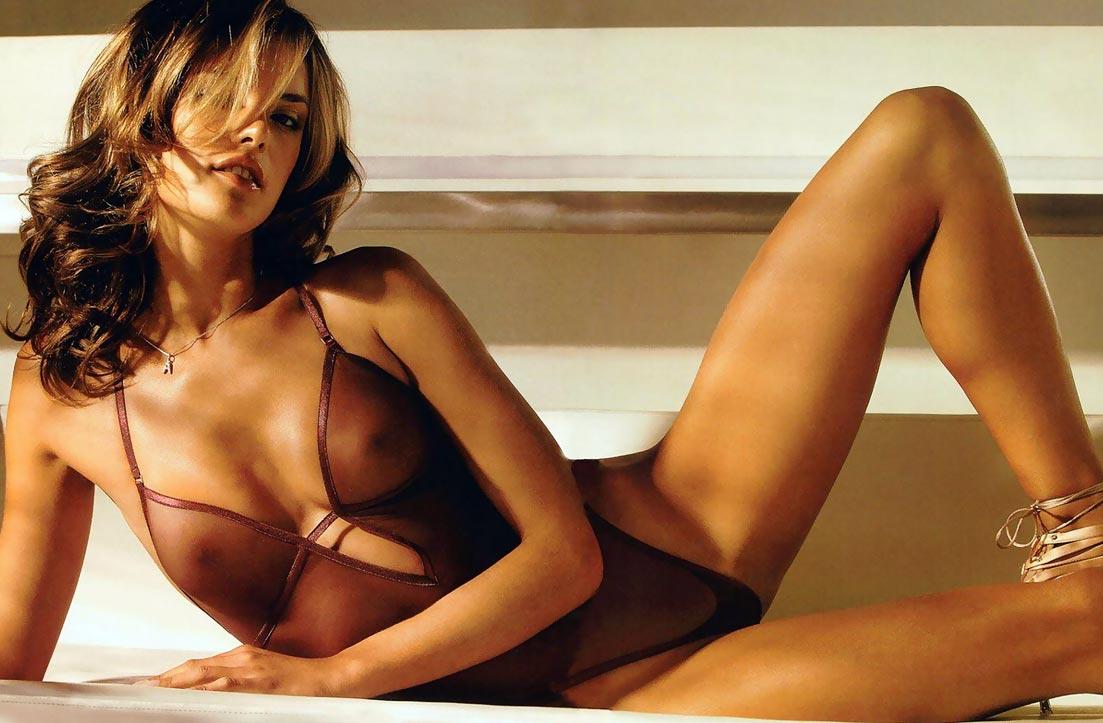 Девушка в умопомрачительном сексуальном утягивающем нижнем белье, комплект с нежными трусиками