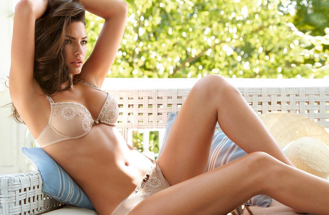 Девушка в умопомрачительном просвечивающем утягивающем нижнем белье, комплект с открытыми трусиками
