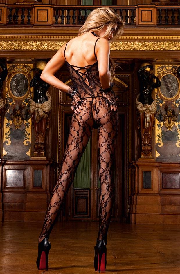 Высокая девушка демонстрирует сексуальное нижнее белье, чудесные трусики