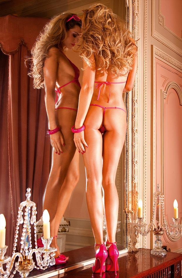 Девушка красавица демонстрирует просвечивающее нижнее белье, неотразимые трусики