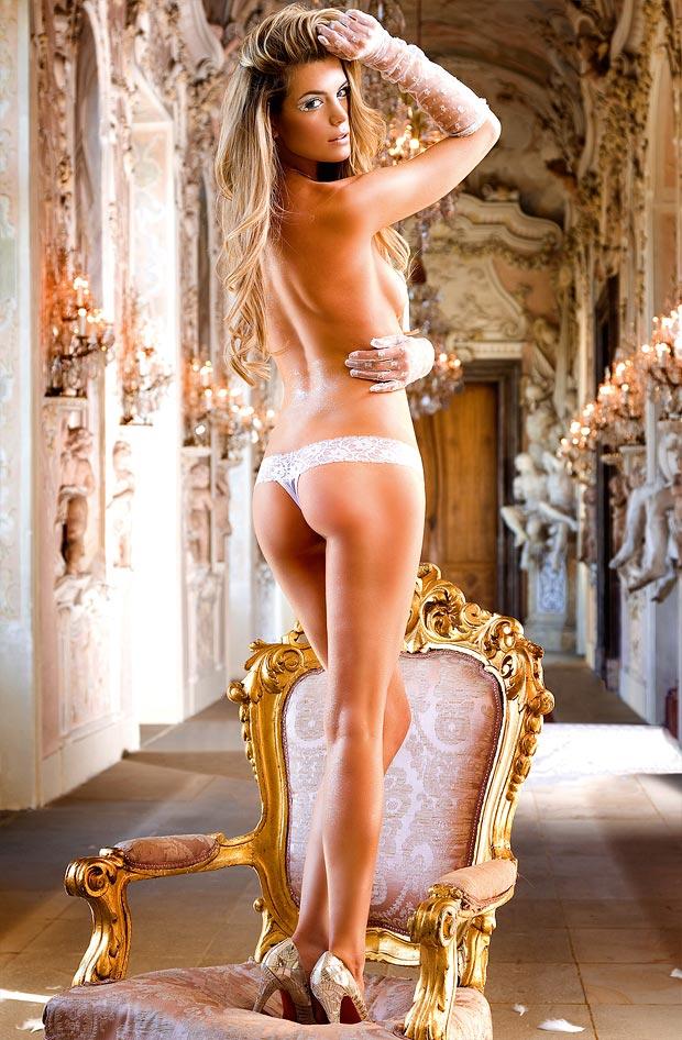 Дивный элитный увеличивающий грудь бюстгальтер на красивой девушке в нижнем белье
