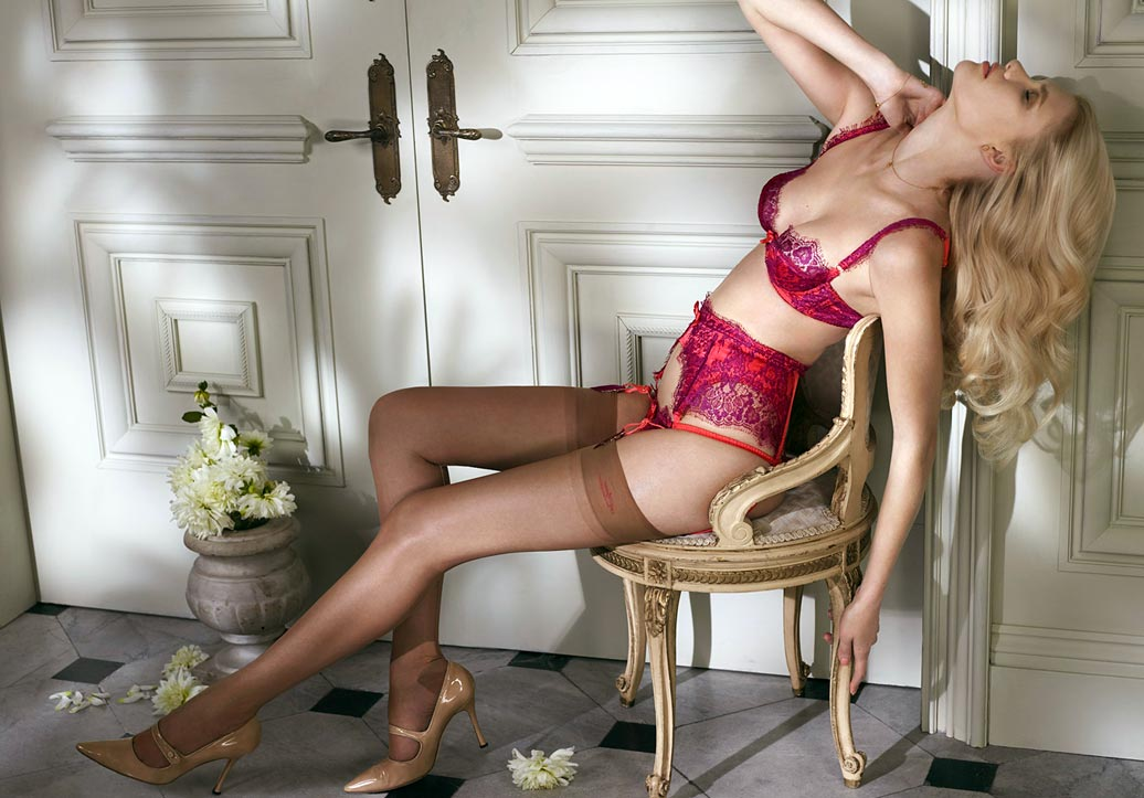 Красивый эротический розовый бюстгальтер на девушке в нижнем белье