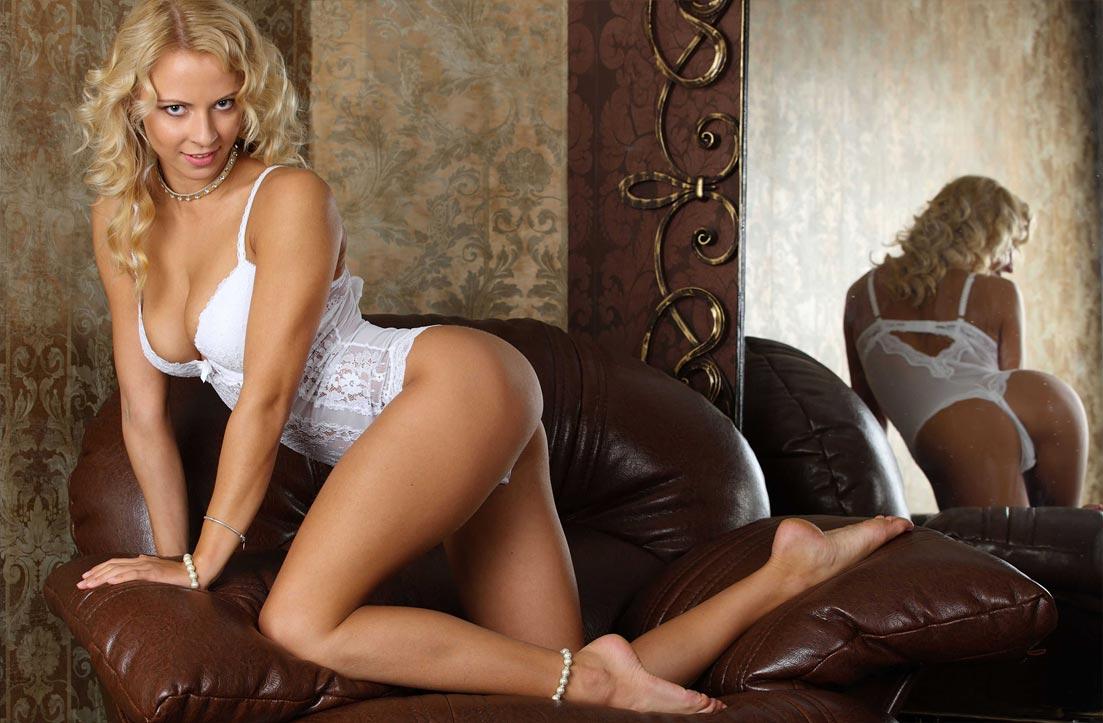 Девушка красавица демонстрирует сексуальное нижнее белье, изящные трусики