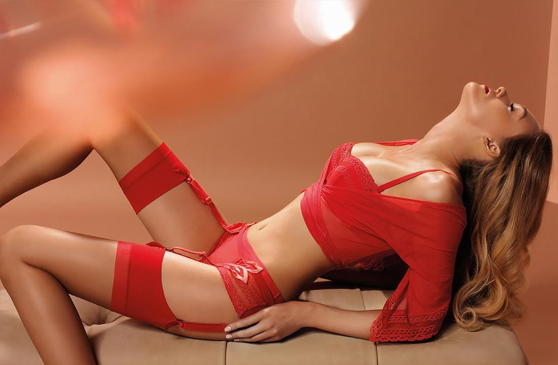 Девушка демонстрирует просвечивающее нижнее белье, необычайные трусики