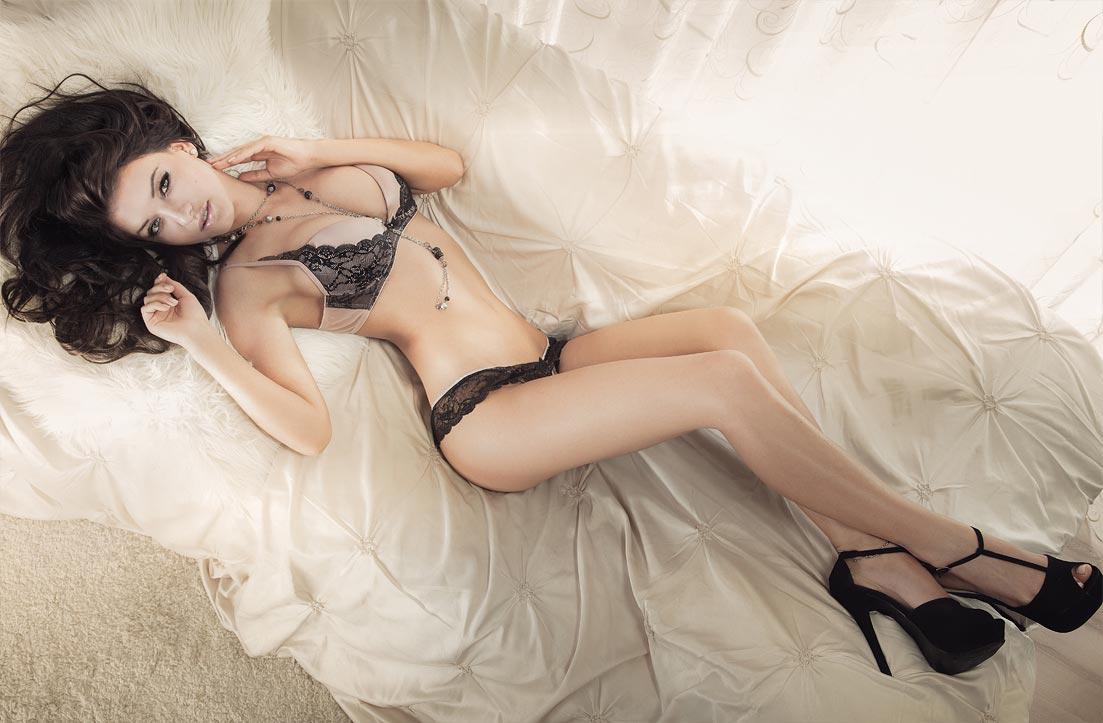 Красивая девушка демонстрирует элитное нижнее белье, точеные трусики