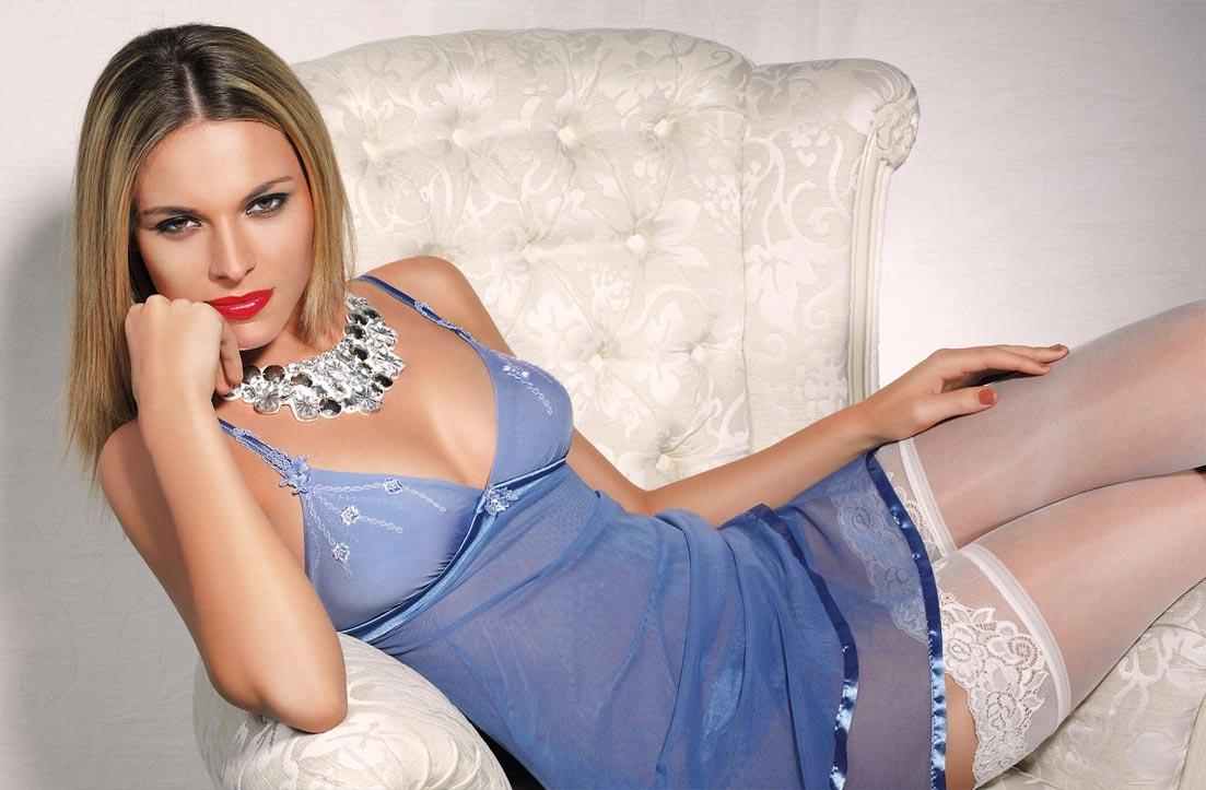 Женщина в эротическом нижнем белье, шелковые трусы