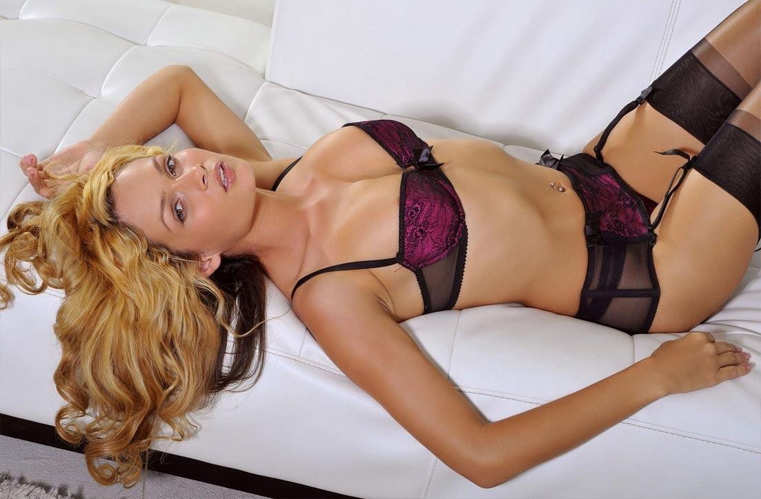 Стройная девушка демонстрирует кружевное нижнее белье, изящные трусики