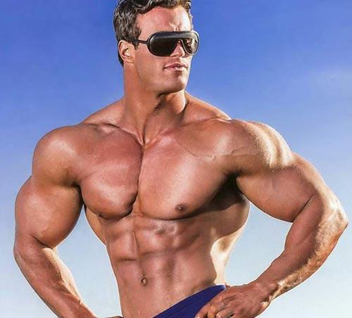 Широкие плечи у мужчины