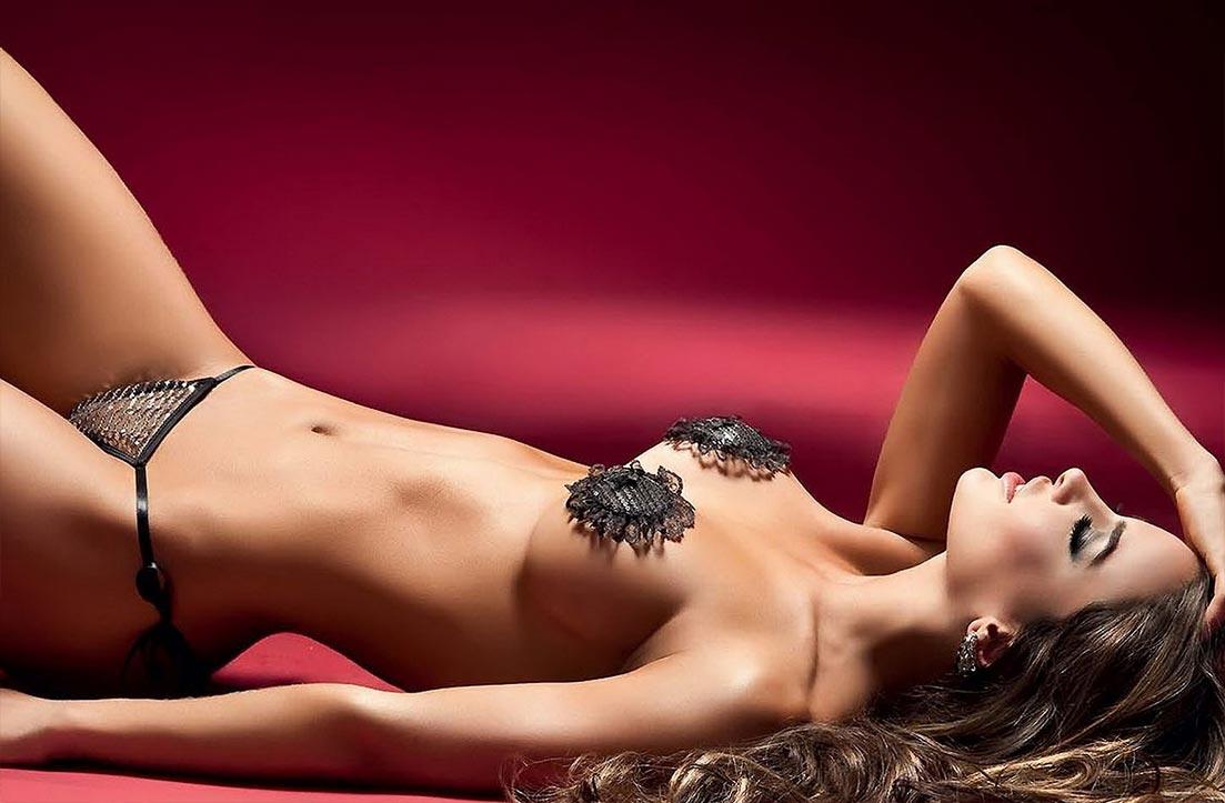Девушка показывает сексуальное нижнее белье, замечательные трусики