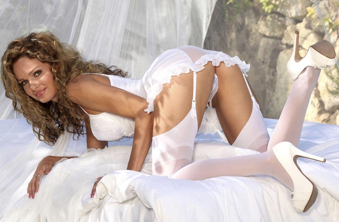 Девушка в поразительном прозрачном белом нижнем белье, комплект с эластичными трусиками