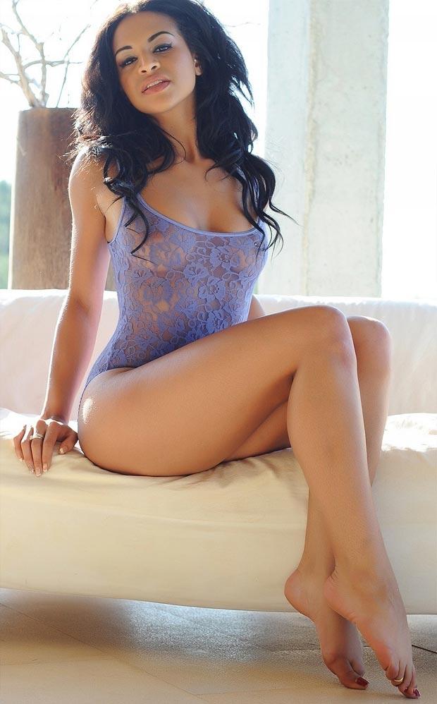 Девушка в изысканном эротическом кружевном нижнем белье, комплект с низкими трусиками