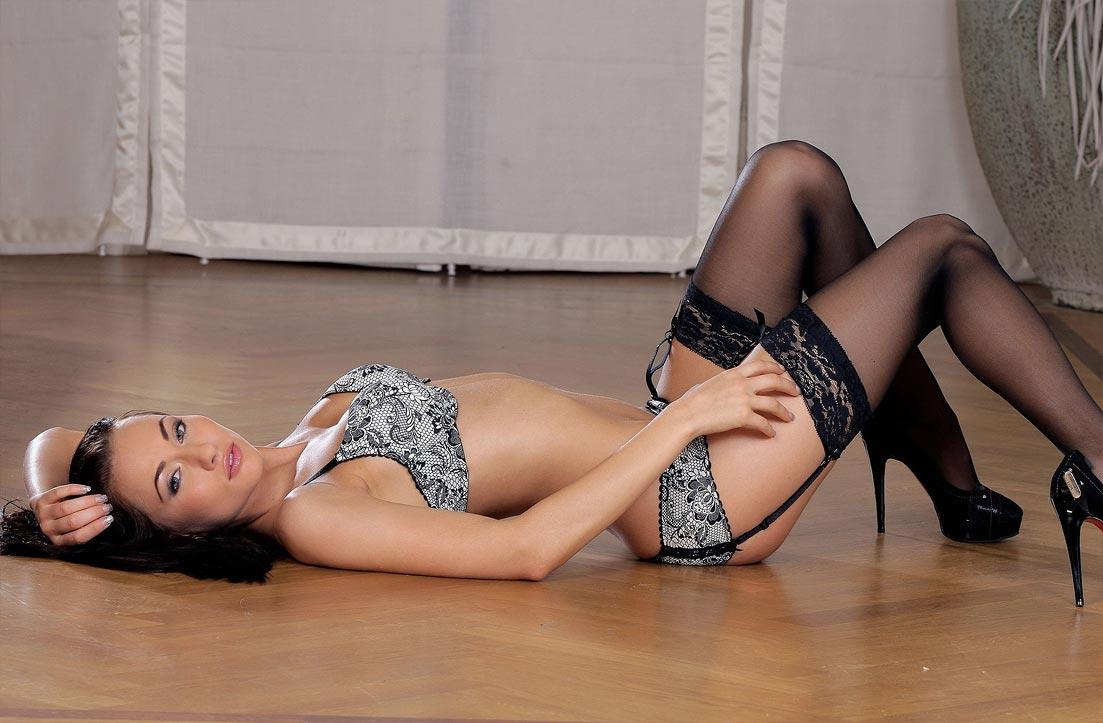 Девушка в упоительном сексуальном утягивающем нижнем белье, комплект с ажурными трусиками