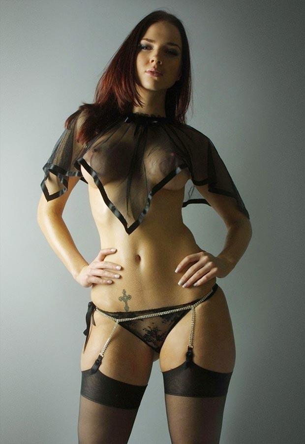 Девушка в классном прозрачном бесшовном нижнем белье, комплект с открытыми трусиками