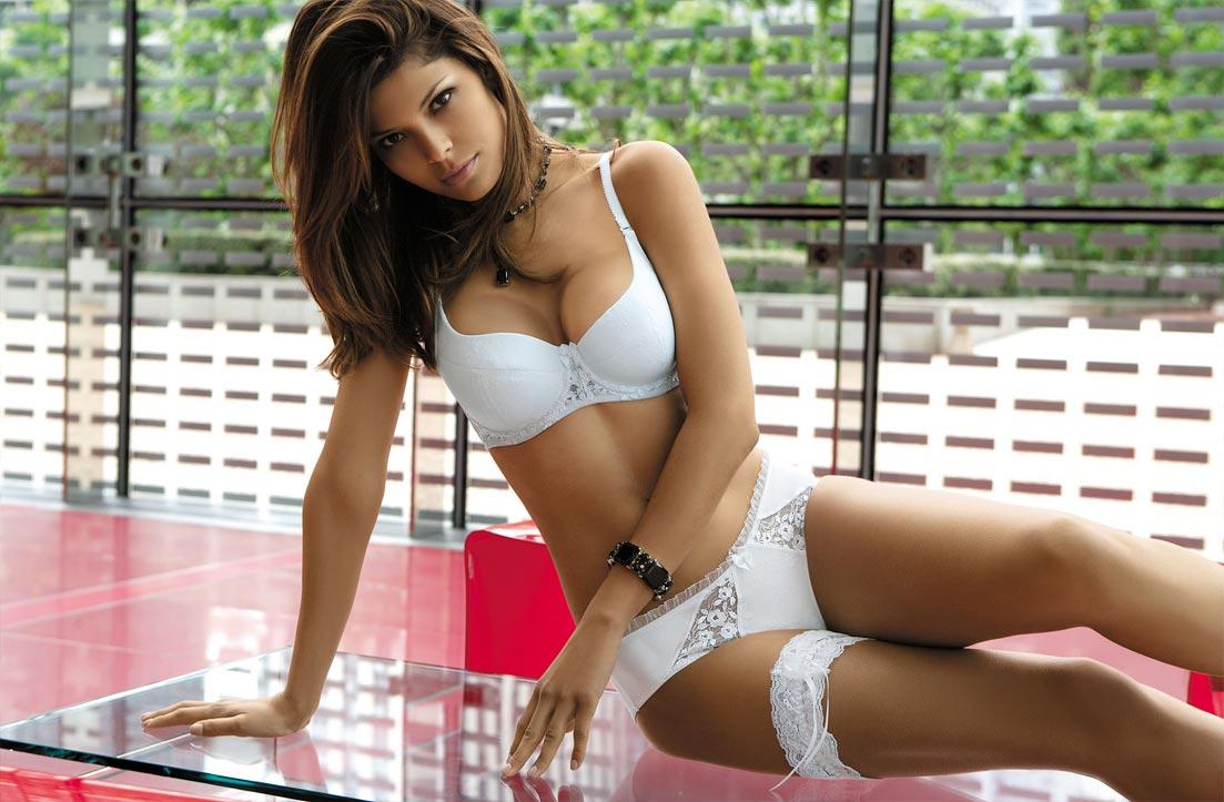 Молодая девушка демонстрирует элитное нижнее белье, изумительные трусики
